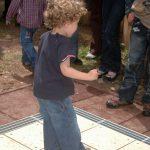 Ein Kind probiert das Tanzglockenspiel aus