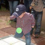 Ein Kind testet das Tanzglockenspiel